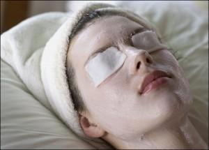 Убрать синяки под глазами с помощью компрессов