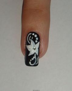 """Фото рисунков на ногтях сделанных акриловыми красками """"Белые цветы"""""""