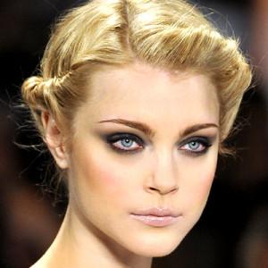 Дымчатый макияж для голубых глаз - правила