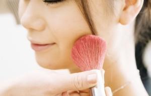 Как сделать свадебный макияж - нанесение румян