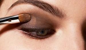 Как правильно наносить макияж глаз?