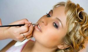 Как правильно наносить макияж губ?